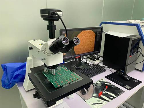 大台面金相显微镜下的电子元器件电路板